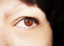 Piękny wnikliwy spojrzenie kobiety ` s oko Zamyka w górę strzału Obrazy Stock