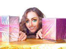 Piękny womanl z jaskrawy makijażu i prezenta pudełkiem Obraz Royalty Free