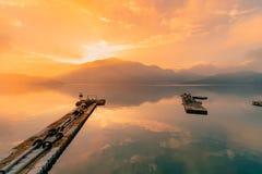 Piękny wschód słońca i nieba odbicie nad słońca Księżyc jeziorem zdjęcie royalty free