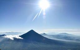 Piękny wschód słońca i niebieskie niebo od wulkanu obraz stock