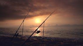 Piękny wschód słońca nad morzem, wschód słońca Połowu prącie na plaży i żeglowanie ładunku statkach zdjęcie wideo