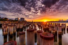 Piękny wschód słońca przy abandone budowy słupem Fotografia Stock