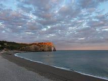 Piękny wschód słońca przy Etretat plażą Obraz Stock