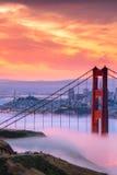 Piękny wschód słońca przy Golden Gate Bridge w Niskiej mgle Fotografia Stock