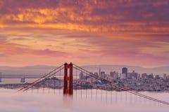Piękny wschód słońca przy Golden Gate Bridge w Niskiej mgle Obraz Royalty Free