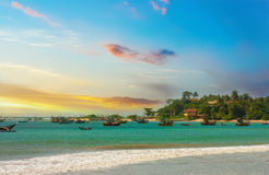 Piękny wschód słońca, tropikalna plaża, turkusowa ocean woda Obraz Stock