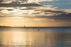 Piękny wschód słońca w lecie spokojnym morzem Zdjęcie Stock