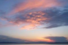 Piękny wschód słońca w morzu z chmurami błękitnymi i różowy barwionym Obraz Royalty Free