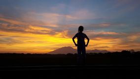 Piękny wschód słońca widok dziewczyny silluete zdjęcie stock