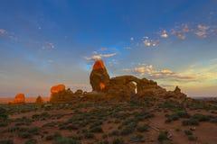Piękny wschodu słońca niebo nad wieżyczka łukiem Zdjęcia Stock