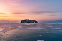 Piękny wschodu słońca niebo nad zamarzniętym wodnym jeziornym Baikal Syberia obrazy stock