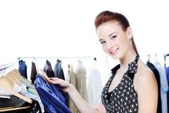 piękny wybiera odzieżowej kobiety obraz royalty free