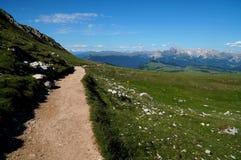 Piękny wycieczkuje ślad na alp w val gardena i fantastiv widoku na otaczających górach Zdjęcie Royalty Free