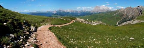 Piękny wycieczkuje ślad na alp w val gardena i fantastiv widoku na otaczających górach Zdjęcia Stock