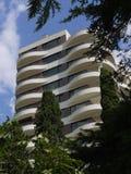Piękny wysoki hotel z kurenda balkonami z jodłami r pod drzewami i innymi drzewami obraz royalty free