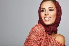 Piękny wysokiej mody model w jesieni odziewa Obraz Stock