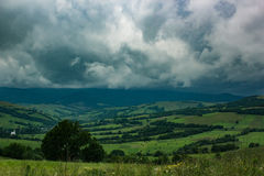 Piękny wzgórze krajobraz przy pogodą sztormową Obraz Royalty Free