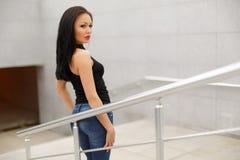 Piękny wzorcowy azjatykci brunetki pozować głos fotografia stock