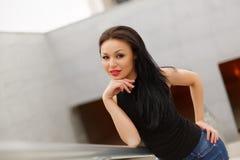 Piękny wzorcowy azjatykci brunetki pozować głos zdjęcia stock