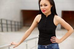 Piękny wzorcowy azjatykci brunetki pozować głos zdjęcie stock