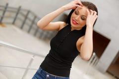 Piękny wzorcowy azjatykci brunetki pozować głos obrazy stock