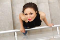 Piękny wzorcowy azjatykci brunetki pozować głos obrazy royalty free