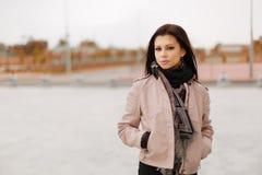 Piękny wzorcowy brunetki pozować głos obraz royalty free