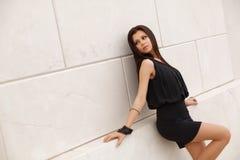 Piękny wzorcowy brunetki pozować głos zdjęcie royalty free