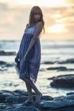 Piękny wzorcowy pozować na skałach morzem Zdjęcie Stock