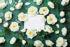 Piękny wzrastał kwiaty i czyści notatkę na cyraneczka rocznika stołowym odgórnym widoku w mieszkanie nieatutowym stylu, zieleń li Zdjęcia Royalty Free