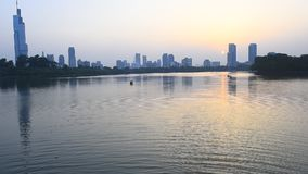 Piękny Xuanwu jezioro w Nanjing, rejsy, zmierzchy, miastowa architektura i odbicia popiół dmucha jezioro, błyska zdjęcie wideo