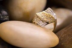 piękny złocisty pierścionek zdjęcia royalty free