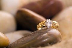 piękny złocisty pierścionek fotografia stock