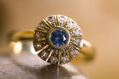 piękny złocisty pierścionek zdjęcie royalty free
