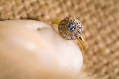 piękny złocisty pierścionek zdjęcia stock