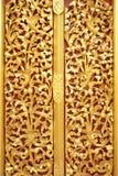Piękny złoto deseniowy Lai Kanok & x28; Tajlandzki design& x29; w drewnie Zdjęcia Royalty Free