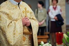 Piękny złoty krzyż w męskich rękach ksiądz Zdjęcia Royalty Free
