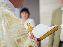 Piękny złoty krzyż w męskich rękach ksiądz Zdjęcie Royalty Free