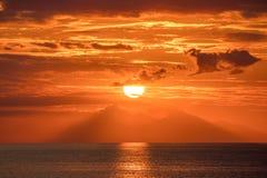 Piękny złoty pomarańczowy zmierzch nad oceanem Zdjęcie Stock
