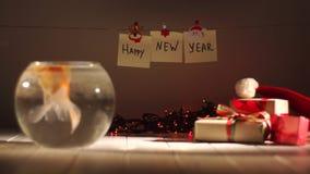 Piękny złoty rybi dopłynięcie w akwarium, prezenty wokoło, odświętność nowy rok, Wakacyjne dekoracje zdjęcie wideo