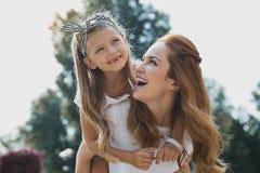Piękny z włosami macierzysty wydatki weekend z jej dziewczyną obraz stock