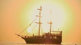 piękny zachód słońca Statek żegluje fala podczas zmierzchu Denny spacer na dennym statku Sylwetka statek przy zmierzchem zbiory