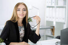 Piękny zadumany bizneswomanu obsiadanie przy jej pracującym miejscem Zdjęcie Royalty Free