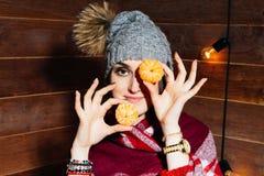 Piękny zakończenie portret młoda kobieta z pomarańczami pojęcia zdrowe jedzenie Skóry piękno i opieka Witamin kopaliny fotografia stock