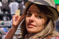 piękny zamkniętej dziewczyny portret zamknięty Kobieta w sklepie próbuje na odziewa Ona w dobrym nastroju Obrazy Royalty Free