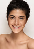 Piękny zbliżenie portret młoda caucasian kobieta odizolowywająca na białym tle. Świeży naturalny makeup, duzi brązów oczy, tęsk ba Fotografia Stock