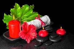 Piękny zdroju pojęcie czerwony poślubnika kwiat z rosą, świeczki, Zdjęcia Stock