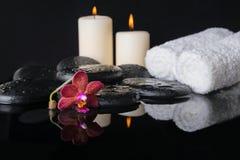 Piękny zdroju pojęcie zen kamienie z kroplami, purpurowa orchidea fotografia stock