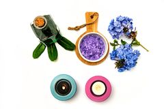 Piękny zdroju skład Błękita blask świecy na w i kwiaty obraz stock