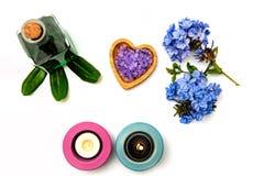 Piękny zdroju skład Błękita blask świecy na w i kwiaty zdjęcia stock